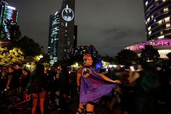Стефани Сальгадо во время зажжения Бэт-сигнала в честь 80-летия Бэтмена в Мехико
