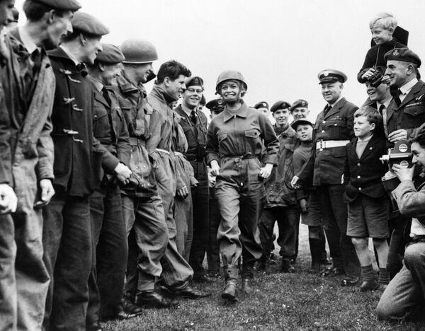 Актриса Брижит Бардо с военнослужащими королевских ВВС Великобритании на съемках фильма Бабетта идет на войну. 1959 год