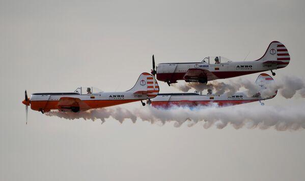 Пилотажная группа ANBO на самолетах Як-50 выполняет демонстрационный полет на Международном авиационно-космическом салоне МАКС-2019 в подмосковном Жуковском