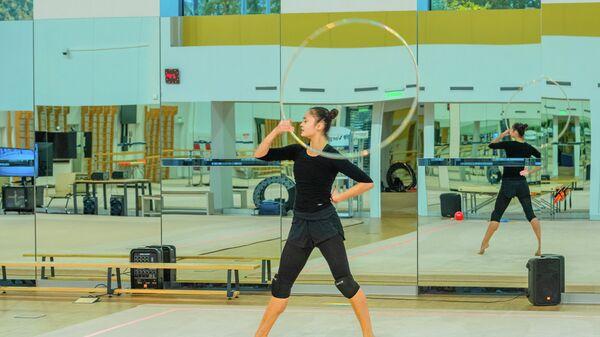 Гимнастка тренируется