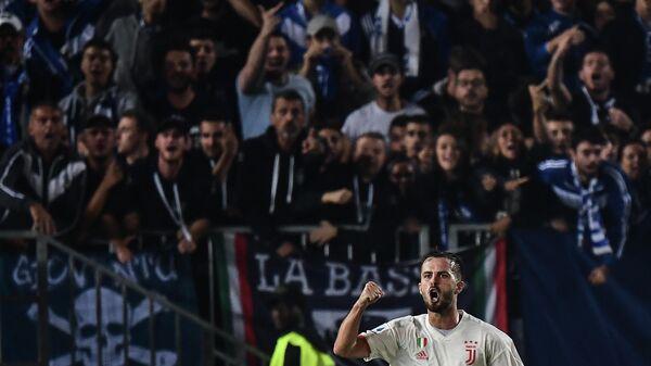 Полузащитник ФК Ювентус Миралем Пьянич радуется забитому голу в матче чемпионата Италии против ФК Брешиа