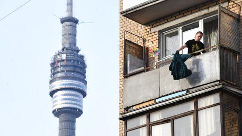 Женщина на балконе жилого дома в Москве.