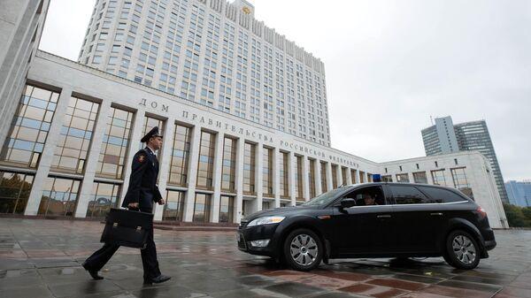 Сотрудник Государственной фельдъегерской службы выносит из здания Дома правительства РФ документы и материалы проекта бюджета на 2020-2022 годы