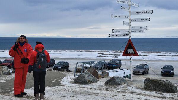 Указатель расстояний в поселке Лонгиербюен на острове Западный Шпицберген