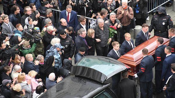 Вынос гроба с телом режиссера Марка Захарова после церемонии прощания в театре Ленком. 1 октября 2019