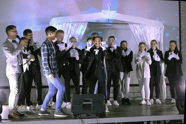 Один из главных моментов вечера - жеребьевка участников конкурса исполнителей молодежной песни