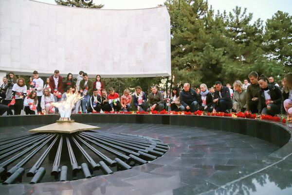 Торжественный митинг участников фестиваля прошел у мемориального комплекса Павшим воинам, открытого в 1969 году на месте братской могилы времен войны.