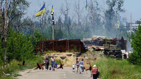 Местные жители в районе пропускного пункта Станица Луганская