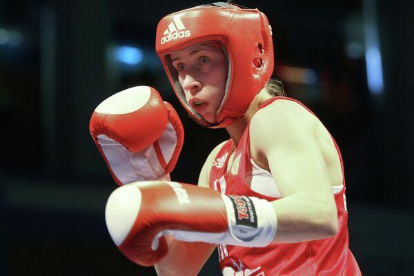 Елена Савельева, во время боя в финале чемпионата России по боксу среди женщин в весовой категории до 51кг.