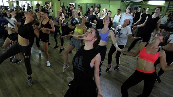 Танцовщицы Мулен Руж на репетиции в Париже, Франция