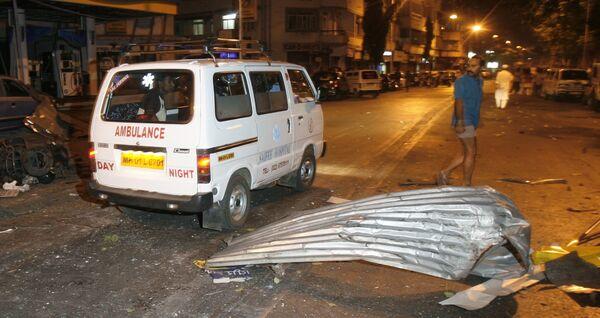Машина скорой помощи перевозит пострадавших в результате терактов в Мумбаи