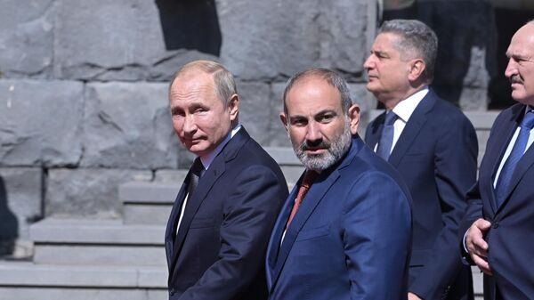 Президент РФ Владимир Путин перед церемонией совместного фотографирования глав делегаций государств-участников ВЕЭС в Ереване