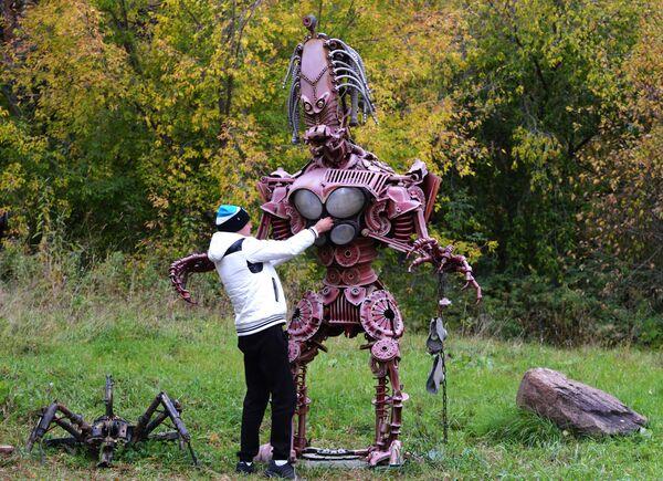 Выставка металлических скульптур из автомобильных запчастей в Дивногорске