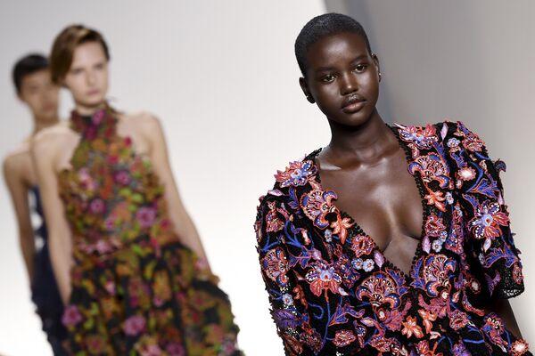 Южно-суданско-австралийская модель Адут Акеч демонстрирует коллекцию Givenchy на показе в Париже