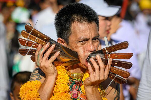 Участник ежегодного фестиваля вегетарианцев на Пхукете