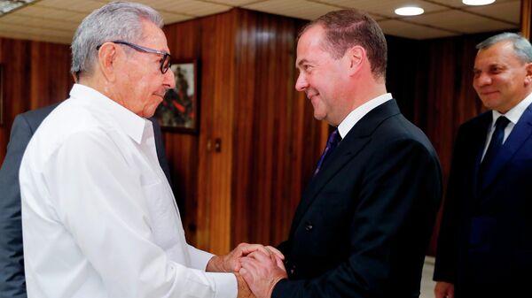 Председатель правительства РФ Дмитрий Медведев и первый секретарь Центрального Комитета Коммунистической партии Кубы Рауль Кастро во время встречи. 3 октября 2019