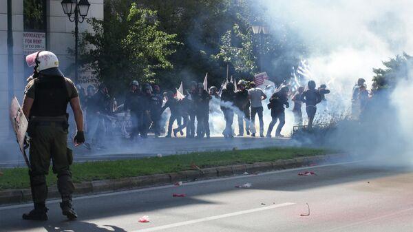 Сотрудники полиции применяют слезоточивый газ против участников антиамериканской акции протеста в Афинах, Греция. 5 октября 2019