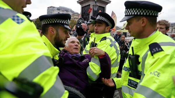 Сотрудники полиции и участники акции протеста движения Extinction Rebellion на Трафальгарской площади в Лондоне. 7 октября 2019