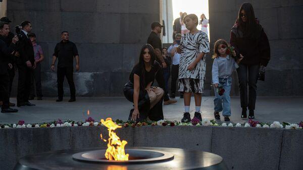 Американская модель, актриса Ким Кардашьян возлагает цветы к Вечному огню на территории мемориального комплекса Цицернакаберд, посвящённого жертвам геноцида армян 1915 года, в Ереване