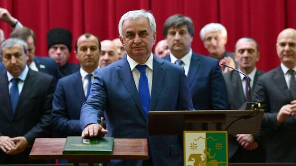 Избранный президент Абхазии Рауль Хаджимба приносит присягу во время церемонии инаугурации в Большом зале заседаний кабинета министров в Сухуме