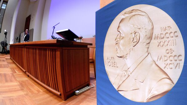 Изображение медали с портретом Альфреда Нобеля перед пресс-конференцией Нобелевского комитета