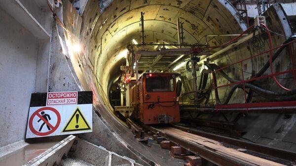 Мотовоз в тоннеле строящейся станции метро Ржевская Большой кольцевой линии в Москве
