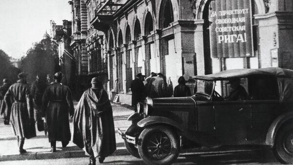 Освобожденная от немецко-фашистских захватчиков Латвии. Советские солдаты в Риге