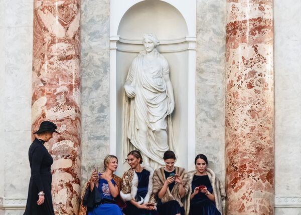 Гости в фойе Эрмитажного театра перед церемонией вручения Международной премии за развитие и укрепление гуманитарных связей в странах Балтийского региона Балтийская звезда