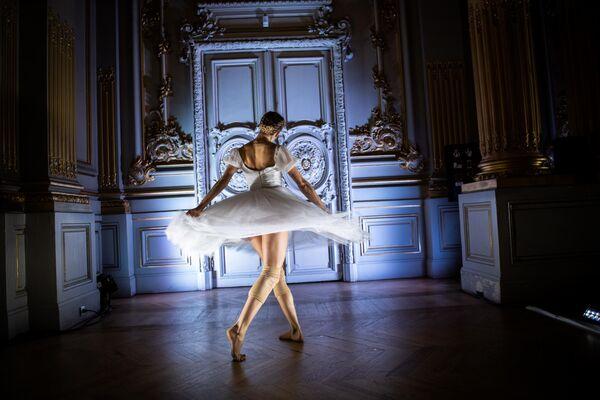 Танцовщица из Балетной труппы Парижской Оперы выступает в спектакле Degas Danse в музее Орсе в Париже