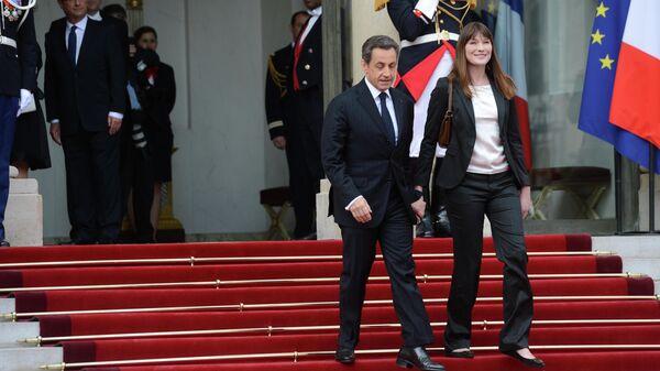 Бывший президент Франции Николя Саркози с супругой Карлой Бруни-Саркози на инаугурации избранного президента Франции Франсуа Олланда в Елисейском дворце в Париже. 15 мая 2012