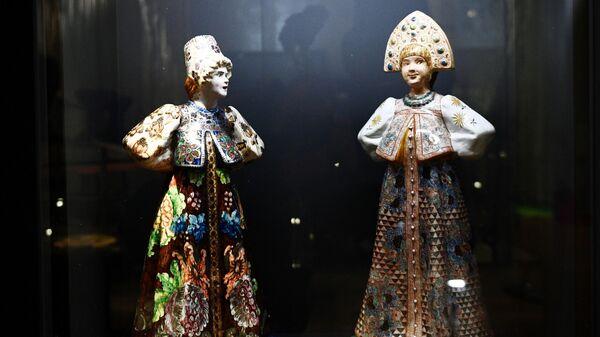 Скульптуры стоящей девушки в праздничном городском костюме конца XVIII – начала XIX веков