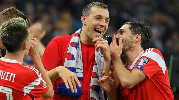 Футболисты сборной России Магомед Оздоев, Артем Дзюба и Александр Головин (справа налево)
