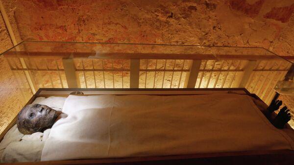 Мумия фараона Древнего Египта из XVIII династии Нового царства Тутанхамона в недавно отреставрированной гробнице в Долине Царей в Луксоре