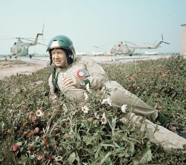 Алексей Леонов - летчик-космонавт СССР после тренировочного полета