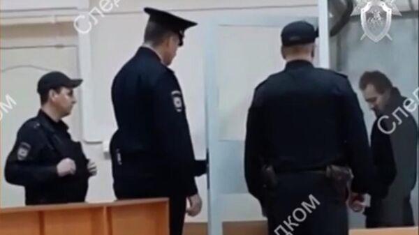 Житель Саратова, подозреваемый в убийстве девятилетней школьницы в Саратове, в суде. Стоп-кадр видео