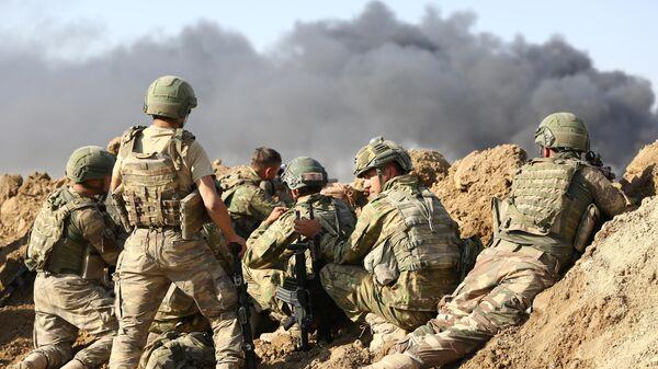 Турецкие военный у города Рас-эль-Айн на северо-востоке Сирии. 12 октября 2019