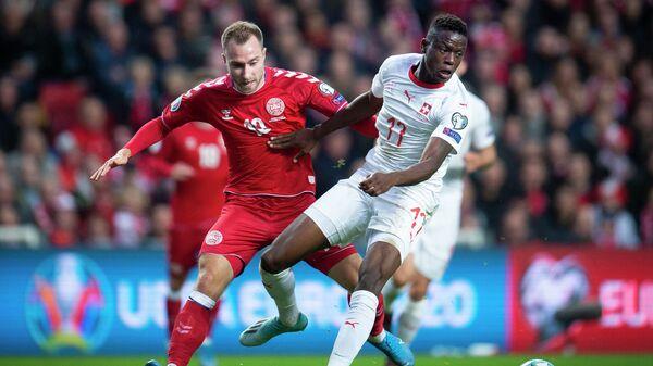 Полузащитник сборной Дании Кристиан Эриксен (слева) и хавбек сборной Швейцарии Денис Закария