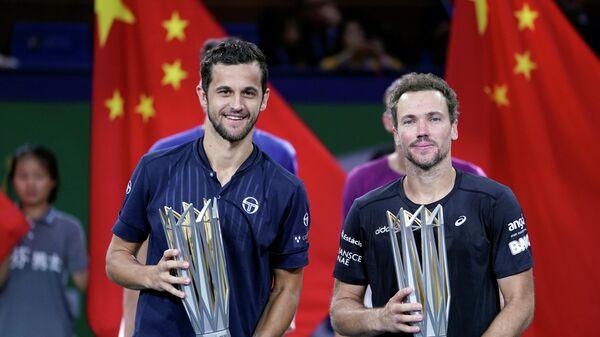 Теннисисты Мате Павич (Хорватия) и бразилец Бруно Соарес (Бразилия), победившие в теннисном турнире серии Мастерс в Шанхае