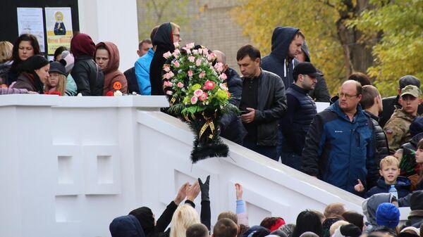 Люди у храма Первоверховных апостолов Петра и Павла в Саратове, где проходит отпевание убитой 9-летней Лизы Киселевой