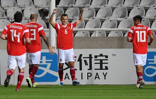Полузащитник сборной России Денис Черышев (третий слева) радуется забитому мячу