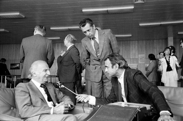 Центральное радиовещание на зарубежные страны. Московское радио. Вещание на Латинскую Америку. Радиожурналист Анселимо Септиен и министр иностранных дел Перу Хосе Карлос де ля Пуэнте Радбилл (слева)