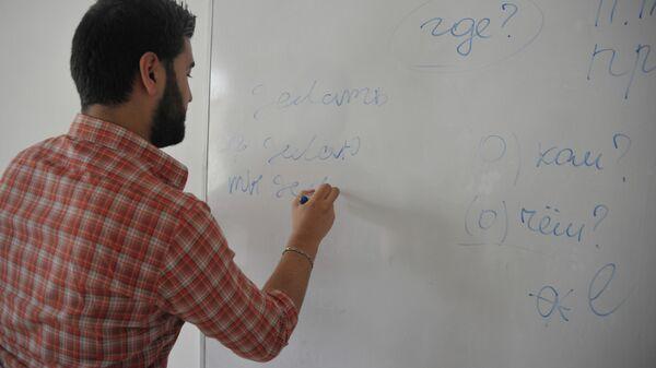 Студент на уроке русского языка