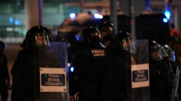 Протестующие в Барселоне пытаются заблокировать выход из аэропорта