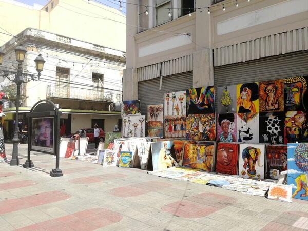 Санто-Доминго. На бульваре Эль Конде продаются картины местных художников