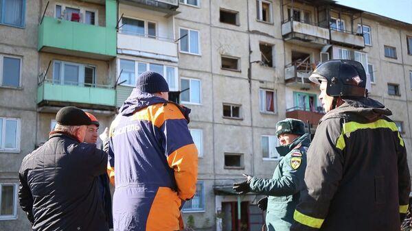 Сотрудники МЧС РФ у дома 23 на улице Авиаторов в поселке Новонежино