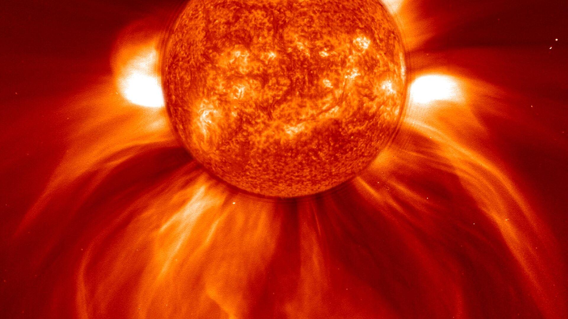 Вспышка на Солнце с американского спутника SOHO - РИА Новости, 1920, 09.12.2020