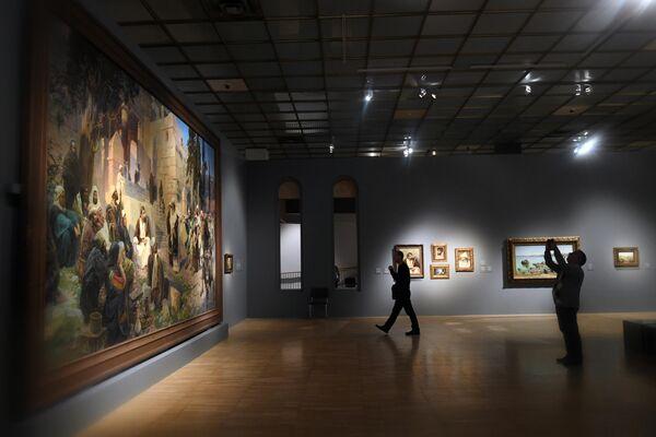 Посетители на выставке Василия Поленова, приуроченной к 175-летию художника, в Третьяковской галерее на Крымском валу