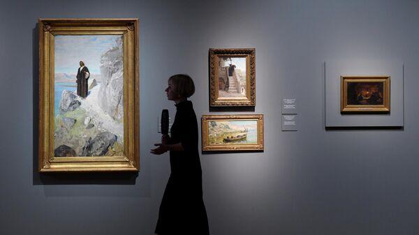 Посетительница на выставке Василия Поленова, приуроченной к 175-летию художника, в Третьяковской галерее на Крымском валу