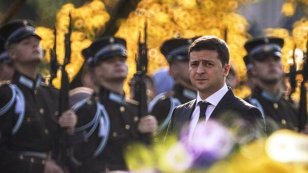 Президент Украины Владимир Зеленский на церемонии возложения цветов к памятнику Свободы в Риге. 16 октября 2109