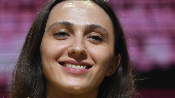 Российская спортсменка Мария Ласицкене, завоевавшая золотую медаль в соревнованиях по прыжкам в высоту среди женщин на чемпионате мира по легкой атлетике 2019 в Дохе, на церемонии награждения.